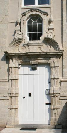 In 1727 liet P. Paradaens dit poortje aanbrengen in het gasterkwartier.